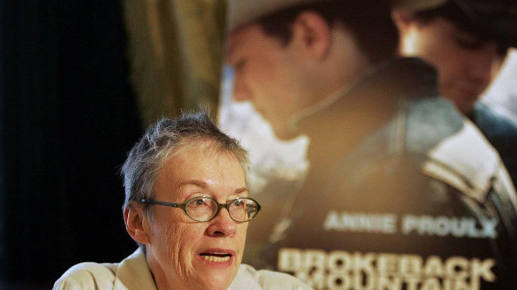 Pulitzer-Preisträgerin Annie Proulx vor einem Plakat für den Film «Brokeback Mountain», dessen Vorlage sie im Rückblick lieber nicht geschrieben hätte (Archiv 2006)
