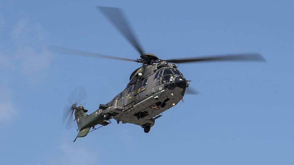 Mit Armeehelikoptern wird das von der Aussenwelt abgeschnittene Dorf Bristen in Uri mit Gütern des täglichen Bedarfs versorgt. (Symbolbild)