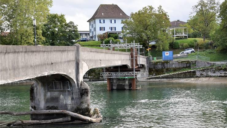 Ein Pfeiler wird inzwischen durch eine Stahlkonstruktion verstärkt. Nun kann die Brücke zwischen Gebenstorf und Windisch wieder genutzt werden. Bild: Michael Hunziker