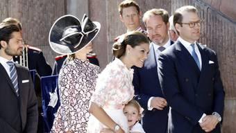 Victoria (Mitte) lässt sich von ihrer Familie und ganz Schweden feiern: Die Kronprinzessin beging am Freitag ihren 40. Geburtstag.