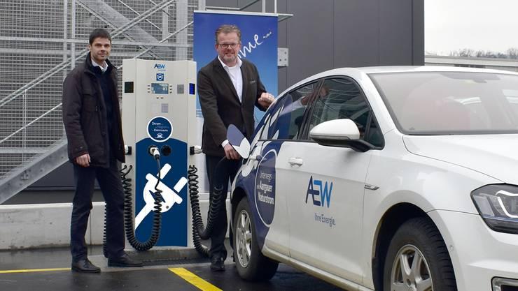Arian Rohs (Leiter Arbeitsgruppe E-Mobilität, AEW Energie AG, links) und Carsten Diekmann (Geschäftsführer Georg Utz AG) haben die neue E-Tankstelle auf dem Firmenparkplatz in Bremgarten eingeweiht.