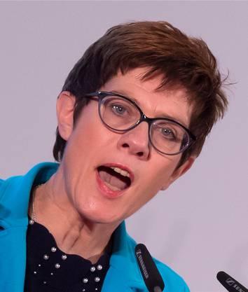 Die 56-jährige Saarländerin ist seit Februar Generalsekretärin der CDU. Zuvor hat sie sieben Jahre lang als Ministerpräsidentin das Saarland regiert. Die Politikwissenschaftlerin lebt mit ihrem Mann und ihren drei Kindern in Püttlingen an der Grenze zu Frankreich.