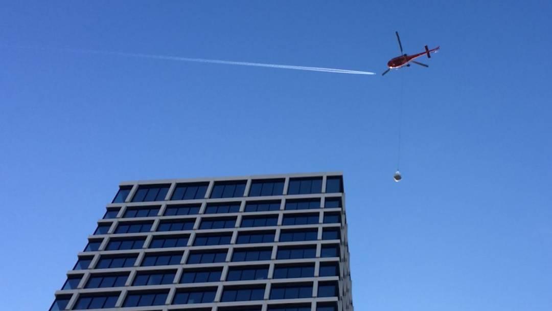 Hier kreist der Transport-Helikopter über dem Basler Baloise-Park