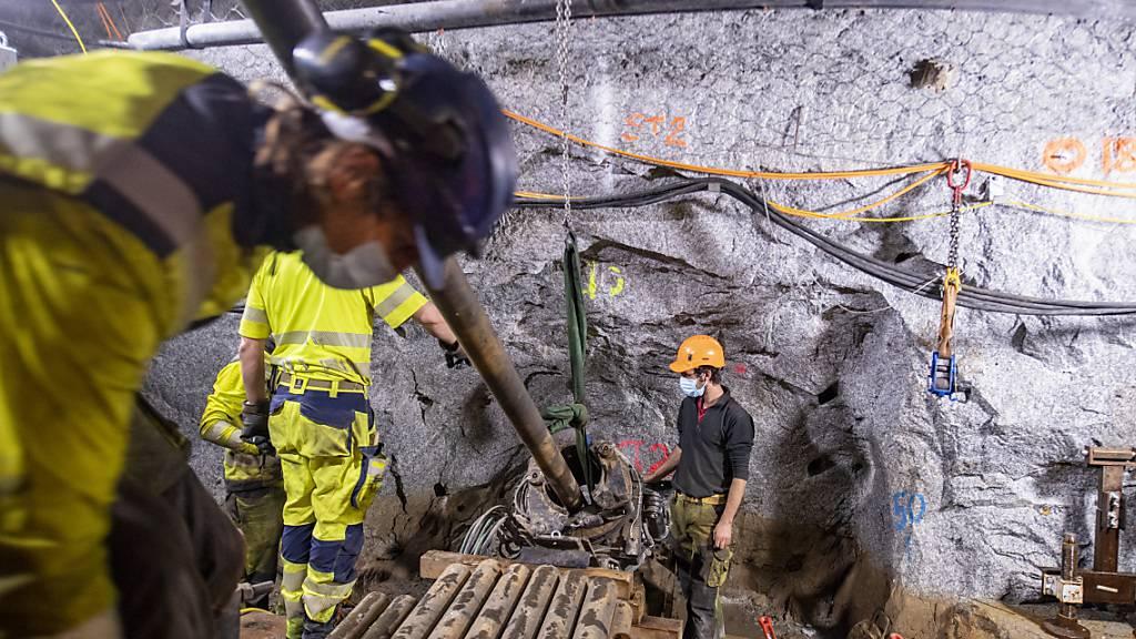 Um die physikalischen Prozesse im Gestein während der Stimulationsexperimente minutiös aufzuzeichnen, bohrte das Team zahlreiche Bohrlöcher im Bedretto-Felslabor.
