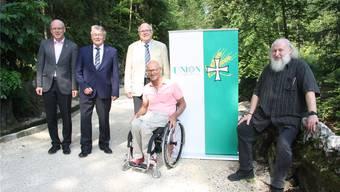 Sie freuen sich über den sanierten Weg (v. l.): Bürgergemeindepräsident Sergio Wyniger, Michael Lagger, René Meyer, Heinz Frei und Einsiedler Michael Daum.