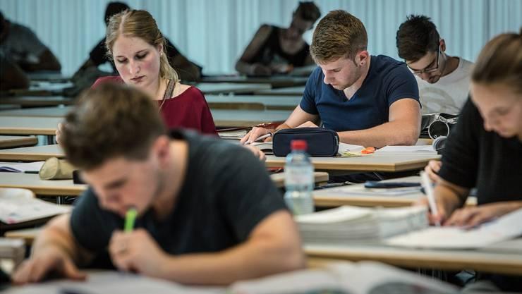 Regeln werden an den Aargauer Berufsschulen durchgesetzt - zum Teil mit Bussen. (Themenbild)