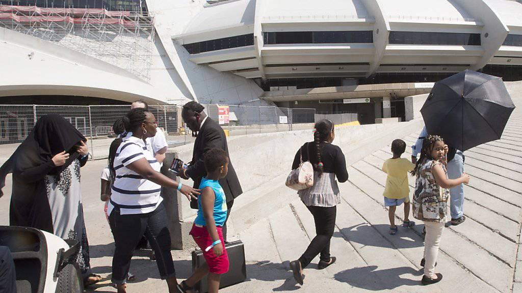 Eine Gruppe von Asylsuchenden zieht am Mittwoch vorübergehend ins Olympia-Stadion von Montreal ein.