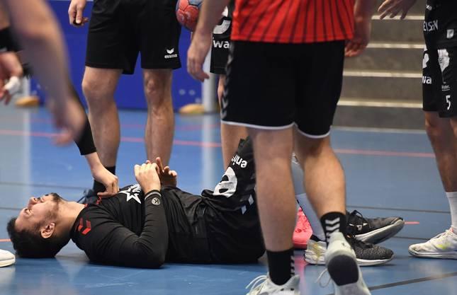 HSC-Portugiese Diogo Oliveira bleibt nach seinem Fehltritt mit schmerzverzerrtem Gesicht am Boden liegen.
