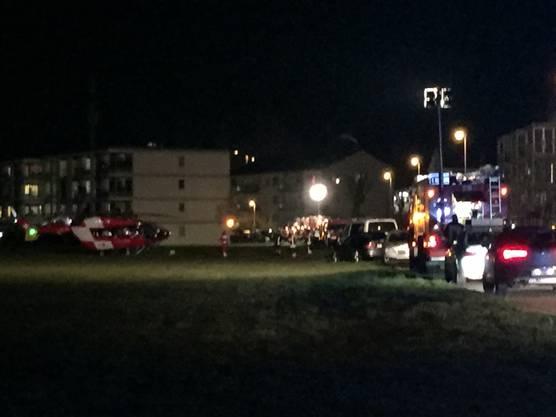 Nahe dem Mehrfamilienhaus landeten drei Rettungshelikopter der Rega.