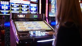 Mit ihren letzten fünf Franken gewann die Frau am Glücksspielautomaten Millionen. (Symbolbild)