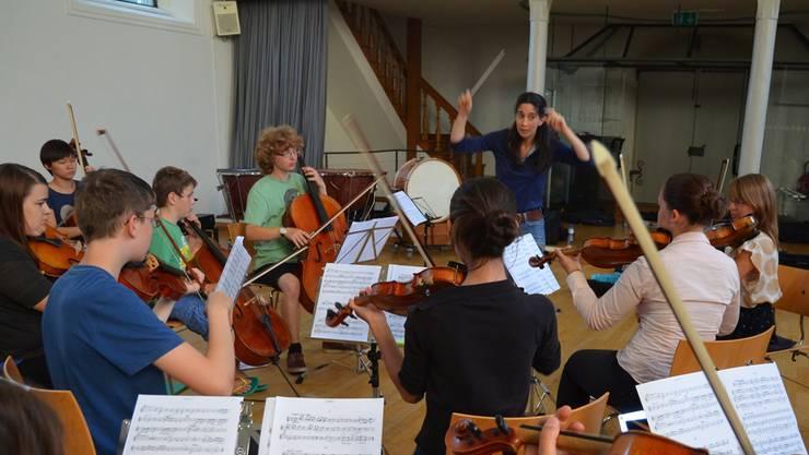 Anne-Cécile Gross dirigiert das Jugendorchester Freiamt mit viel Engagement; im November gibt es ein Wiener Konzert. ES