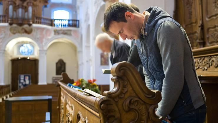 Wir begleiten einen ganzen Tag lang von frühmorgens bis spät abends den Arlesheimer Pfarrer Daniel Fischler, hier bei der Morgenandacht.