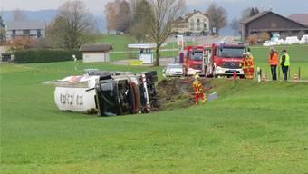 Nach dem Restaurant Vierlinden, in der Linkskurve, kam der Lastwagen von der Fahrbahn ab und kippte. Es entstand ein Schaden von 300000 Franken. zvg/Kapo AG