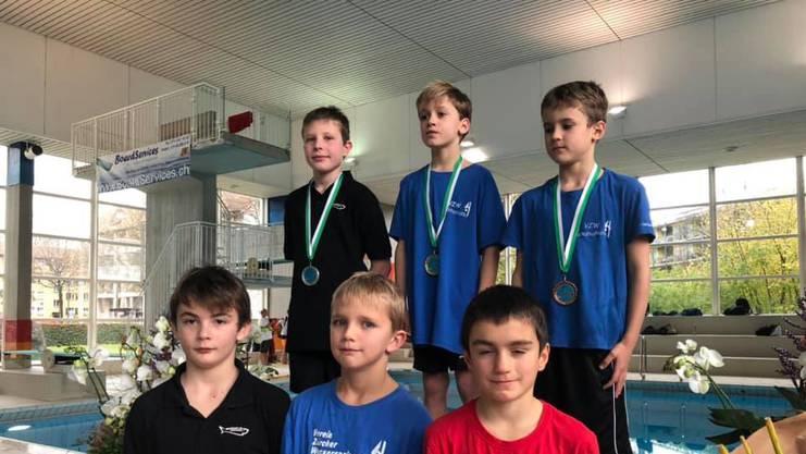 Trotz wenig Trainingsmöglichkeiten belegte Oliver Giger (z.v.l.) sensationell den zweiten Platz beim Wettkampf vom 3m-Brett.
