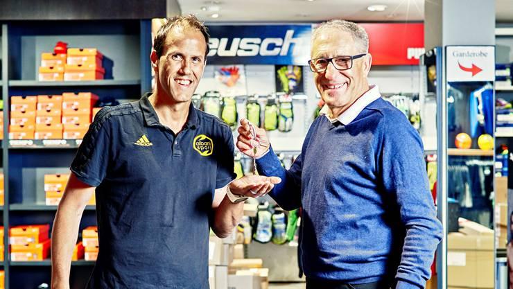 Bruno Albani (r.) ernennt den langjährigen Mitarbeiter Fabio Steiner zum Geschäftsführer.