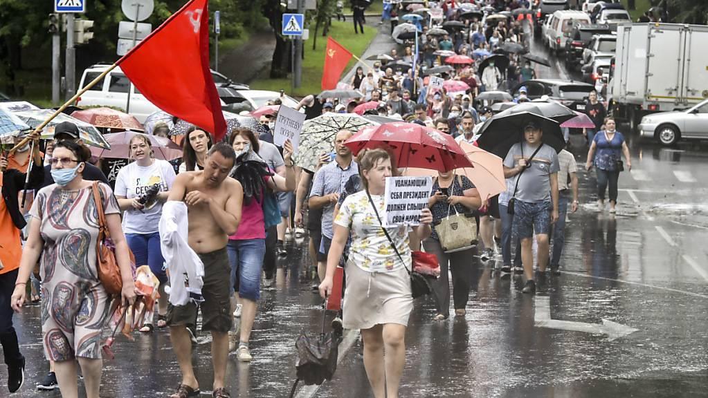 Tausende Menschen sind im äussersten Osten Russlands für den inhaftierten rechten Ex-Gouverneur von Chabarowsk trotz Regenwetter auf die Strasse gegangen.