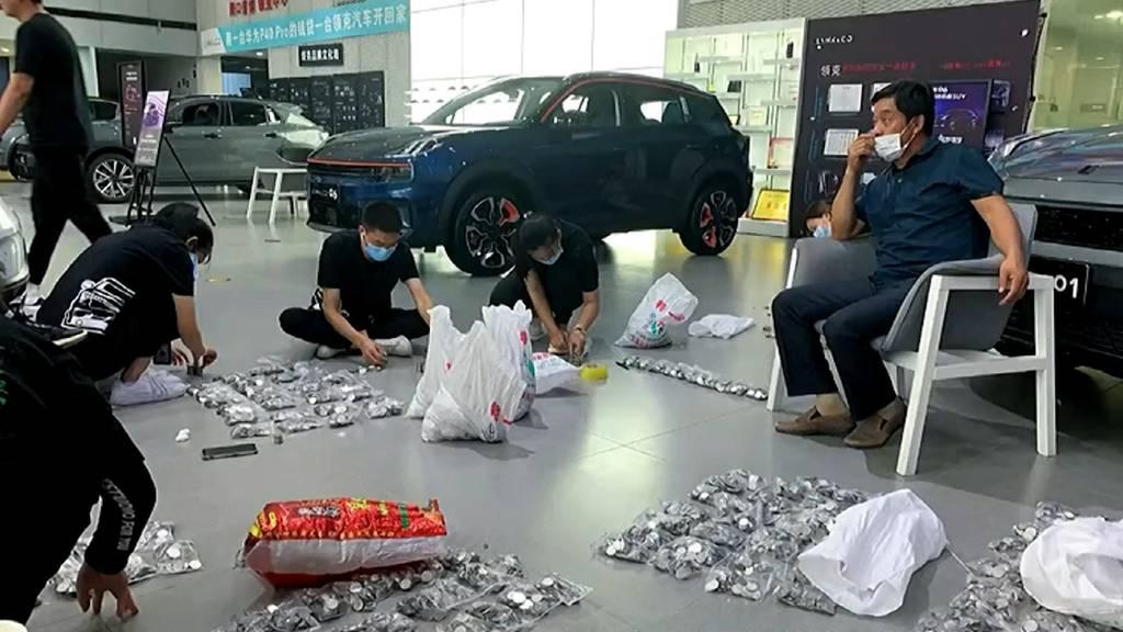 17 Säcke voller Münzen: Hier kauft ein Mann ein Auto mit Kleingeld