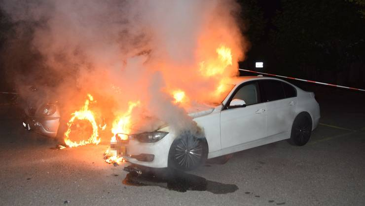 Ein Fahrzeug brennt lichterloh.
