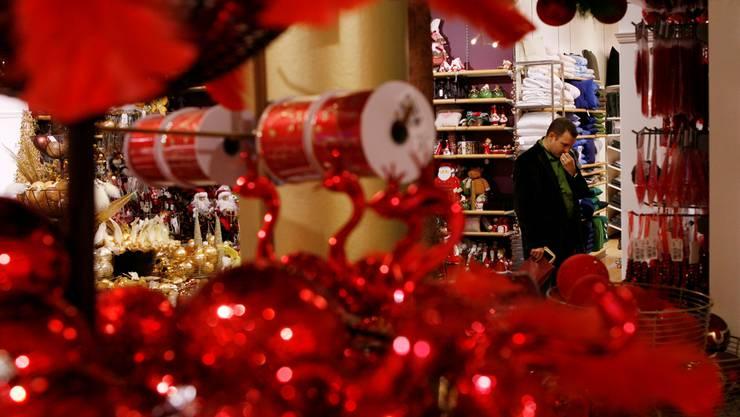 Eine ganze Palette Weihnachtsdekoration erwartete Wolfgang Wagmann im Jumbo. (Symbolbild)