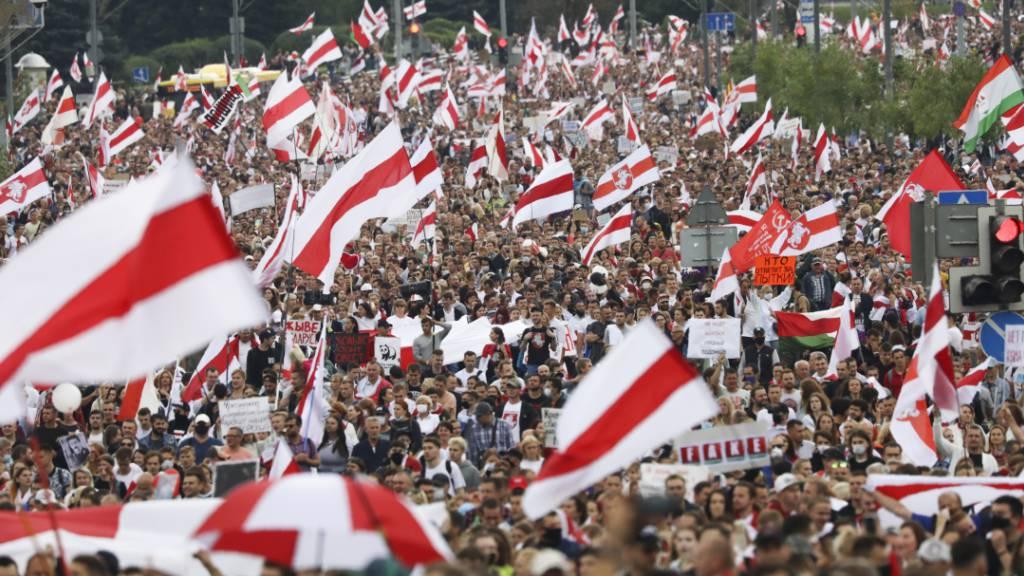 Zehntausende Menschen protestieren in Belarus gegen Lukaschenko