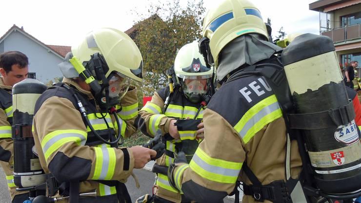 Ein Atemschutztrupp bereitet einen Einsatz vor.