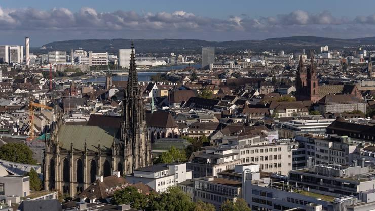 Die Elisabethenkirche (links) thront neben dem Münster über der Innenstadt. Beinahe hätte sie aber schon einmal einem Parkhaus weichen müssen.