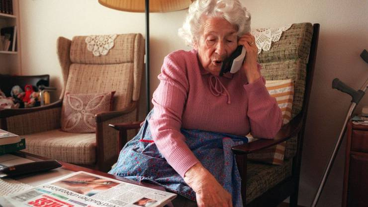 Die Betrügerin brachte die Seniorin per Telefon dazu, Goldmünzen, Schmuck und Uhren sowie Bargeld bei sich zuhause an einen Unbekannten zu übergeben. (Symbolbild)