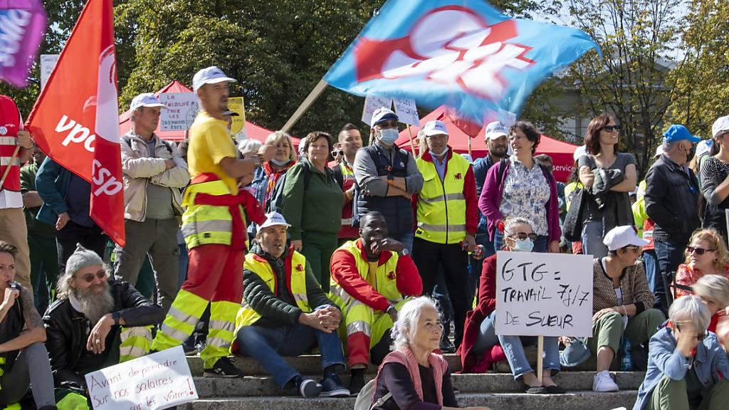 Angestellte der Stadt Genf und Gewerkschafter protestieren gegen Einsparungen auf dem «Buckel des Personals».
