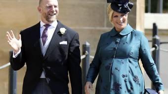 Bei der Hochzeit von Prinz Harry und Meghan Markle war Harrys Cousine Zara Tindall (r neben ihrem Mann Mike) hochschwanger. Nun ist das Baby da: Es ist wieder ein Mädchen. (Archivbild)