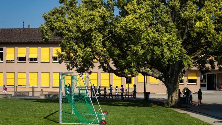 Wer in Zukunft für Bildungsaufgaben verantwortlich ist, entscheidet das Volk am 1. September an der Urne. Bild: Schulhaus Reppisch in Birmensdorf.