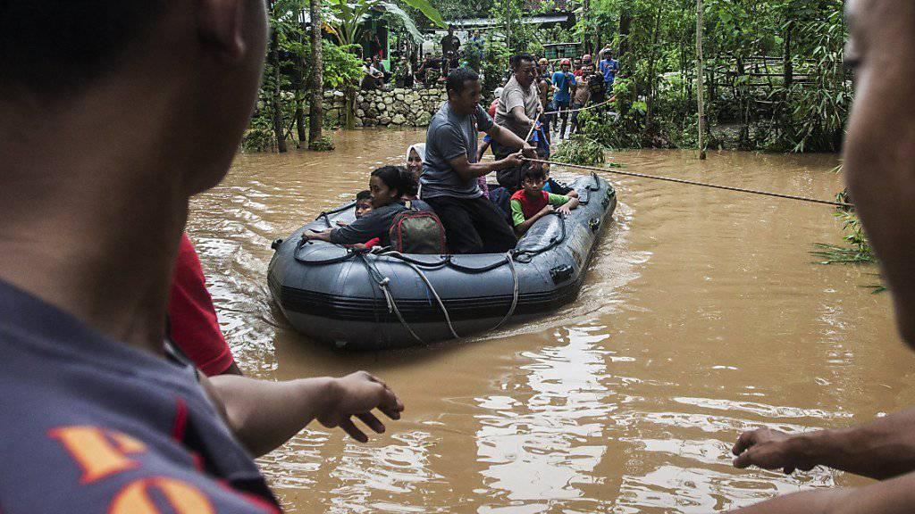 Anwohner werden per Boot evakuiert. (Archiv)