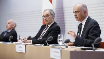 20.März: Der Bundesrat informiert über schärfere Massnahmen gegen die Coronavirus-Epidemie: Alain Berset (rechts), Guy Parmelin (Mitte) und Ueli Maurer (links).