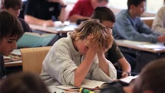 Laut Studien leiden die Leistungen in Grossklassen zwar nicht, aber die Lehrer haben weniger Zeit für jeden. (Symbolbild)