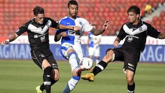 Caio setzt sich gegen zwei Verteidiger von Lugano durch und erzielt das 2:0 für die Grasshoppers
