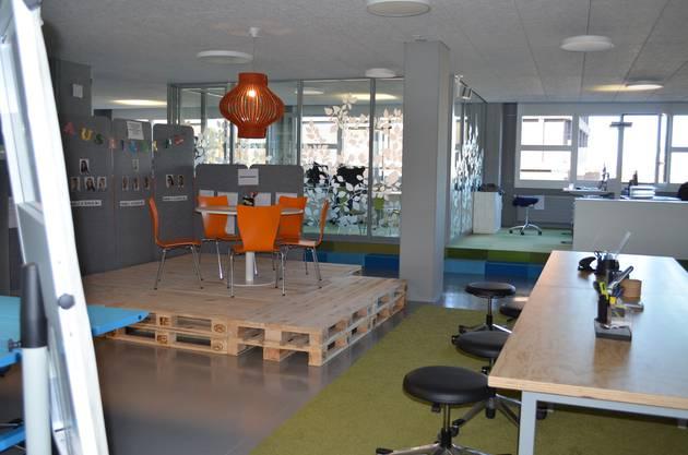 Auf dem Holzpodest mit den orangen Stühlen, können sich die Lehrlinge austauschen.