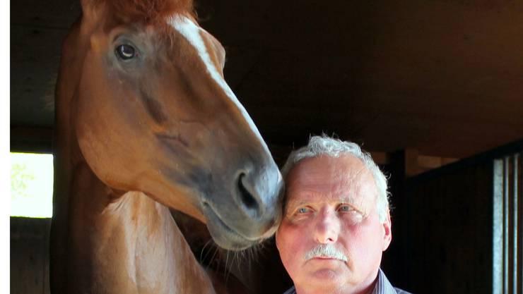 Pferdetrainer Miro Weiss im Stall Beliar mit einem seiner «Sportler».