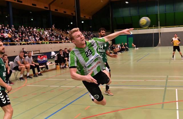 Spektakulärer Wurf von HVO-Spieler Luca Schmid.