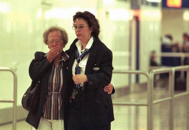 Das Bodenpersonal der Swissair informiert die Hinterbliebenen am Flughafen