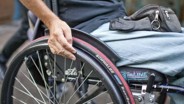 Ein Norweger fährt mit seinem Rollstuhl auf der Autobahn (Symbolbild)