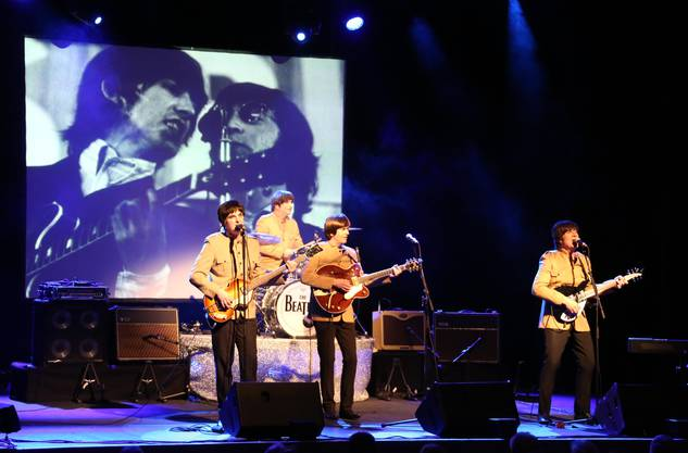 Auf einer Leinwand wurden Originalfilmaufnahmen von Konzerten und Fernsehauftritten.