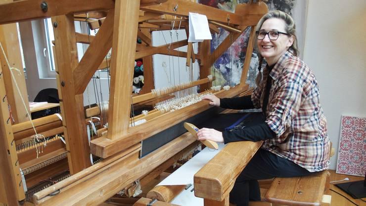 Beatrix Wyser in ihrem Webatelier in Boningen: Auch zwei rund 70-jährige Webstühle sind dort anzutreffen.