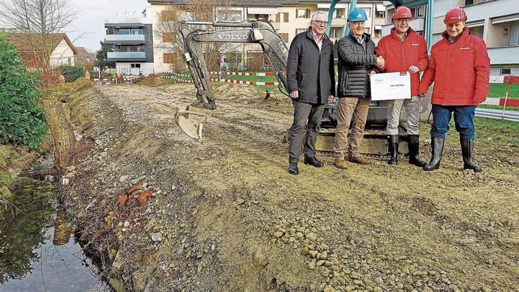 120'000 Franken, die das Gemeindebudget entlasten. Neben dem Talbach übergibt Daniel Probst (2. v.r.) an Peter Stadler. Mit dabei sind Heinz Kleiner (r.) und Markus Goldenberger.