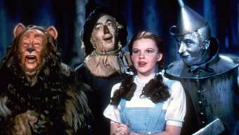 """Dank Crowdfunding können die Schuhe von Dorothy (2.v.r.) aus dem Film """"The Wizard of Oz"""" restauriert werden. Und weil noch Geld übrig ist, reicht's auch für eine Auffrischung des Vogelscheuchenkostüms (2.v.l./Archivbild)"""