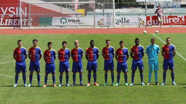 Arxhend Cani (4. v.l.) gemeinsam mit Breel Embolo (3. v.r.) bei den FCB-Junioren
