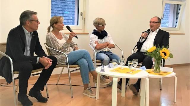 Eltern berühmter Spitzensportler im Gespräch mit Beni Thurnheer: : (v. l. n. r.) Daniel und Monika Sommer, Fabiola Steingruber