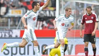 Leverkusens Doppeltorschütze Spahic (links) setzt zum Jubel an