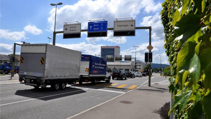 Der Schlieremer Stadtrat will dem künftigen Anstieg des Verkehrsaufkommens (im Bild die Engstringerkreuzung) mit der Förderung des öffentlichen Verkehrs und des Langsamverkehrs begegnen. Das Parlament zwingt ihn nun dazu, den motorisierten Individualverkehr gleichwertig zu entwickeln. (bhi)