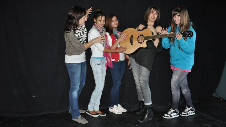 Die Mädchen bereiten sich mit der Songwriterin (M.) und der Theaterpädagogin (l.) auf den Auftritt vor.  wym