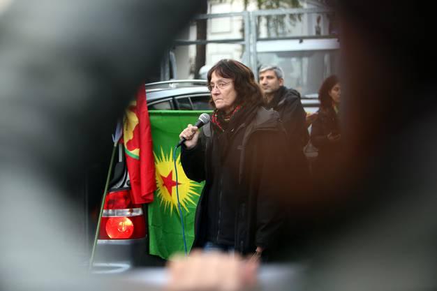 Die Kommunistin Andrea Stauffacher spricht an der unbewilligten Demonstation.