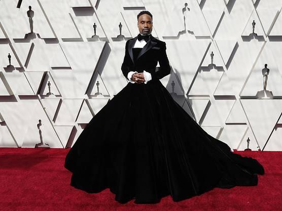 Der Schauspieler Billy Porter trug eine Art schwarzes Ballkleid - oben sah es aus wie ein Smoking, ab der Hüfte wie eine weite Abendrobe.